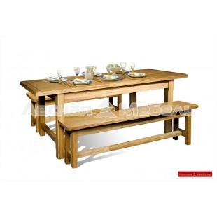 Большой обеденный стол из дуба для большой семьи.
